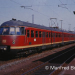 """Nürnberg; Für den Nah- und Bezirksverkehr im Ruhrgebiet konzipiert, besorgten Einheiten des ET 30 ab 1956 auch den Nahverkehr auf den sternförmig von Nürnberg ausgehenden Strecken. Im Jahre 1969 zumindest war eine Einheit des ET 30 auch als """"Rutschn"""" eingesetzt und hat auf seiner Fahrt zum Rangierbahnhof soeben Gleis 2 von Nürnberg-Dutzendteich erreicht."""