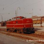 Coburg; V 80 004 wird gleich an den bereitgestellten Personenzug nach Rodach ankuppeln. Aufnahme am 6. September 1969