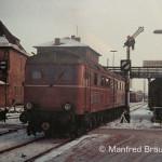 """Die Situation in Schweinfurt ist im Winter 1967 geprägt von Dampf- und Dieselloks, bayerischen und preußischen Signalen. Die """"Kriegslok"""" der Reihe V 188 kam soeben mit einem Personenzug von Bad Kissingen, kuppelte ab und übernahm anschließend einen Güterzug nach Bamberg."""