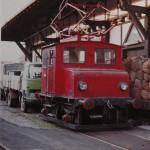 """Bamberg; Inselbetrieb nannte man die Tatsache, dass die """"Werklokomotive"""" des BayWa-Lagerhauses nur auf einem kurzen Stück im Werksgelände fahren konnte, nämlich dort wo der Fahrdraht hing. Eine elektrifizierte Verbindung zum Bahnhof der Deutschen Bundesbahn gab es nicht."""