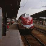 Urlaubersonderzug am Gleis 4 des Würzburger Hauptbahnhofes. Der Triebwagen vom Typ 601 legt in Würzburg Hbf. am 22. April 1979 einen Stopp ein.