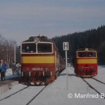 Deutsch-tschechische Begegnung in Bayerisch-Eisenstein am 20. Februar 1994. Beteiligt sind die tschechischen Diesellokomotiven  753 077 und 753 331.