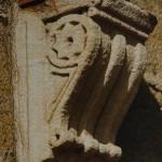 Das Bild zeigt eine Volutenkonsole mit eingearbeiteten Ostbahnenstern (als seitliches Zierelement der tragenden Schnecke). Die Aufnahme entstand im Bahnhof Hersbruck links der Pegnitz.