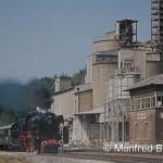 Vorbei an den neuen Zeugen eines Industriezeitalters in Hartmannshof, fährt die Dampflok der Baureihe 23 105 mit einem Sonderzug nach Amberg. Hartmannshof am 28. Juli 1985