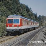 Auch schon historisch! In ursprünglicher Farbgebung kommt der 614 043 die Rampe von Neukirchen b.S.R. herunter und fährt nach Nürnberg-Hbf. Aufnahme Lehenhammer am 29. September 1985